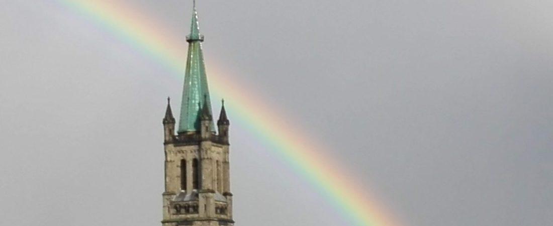 Regenbogen über Kirchturm
