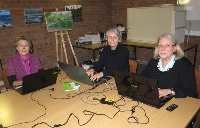 Drei Frauen arbeiten am Notebook