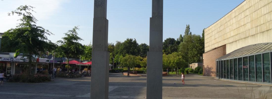 Blick durch die Stehlen auf den Concordienplatz
