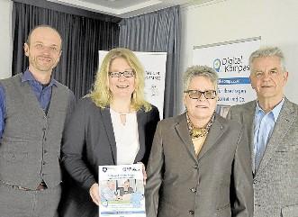 Guido Steinke vom Digital Kompass, Andrea Coenen-Brinkert von der Stadtbibliothek, die stellvertretende Bürgermeisterin Hiltrud Schlierkamp und Otto Rohde vom Seniorenbeirat