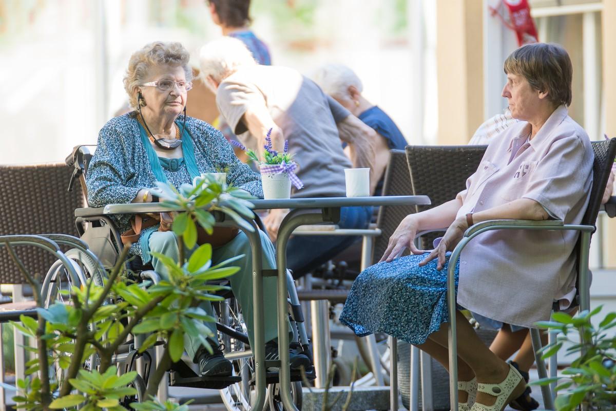 Zwei ältere Damen in einem Café