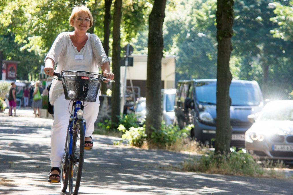 Frau Osterholt auf ihrem Fahrrad