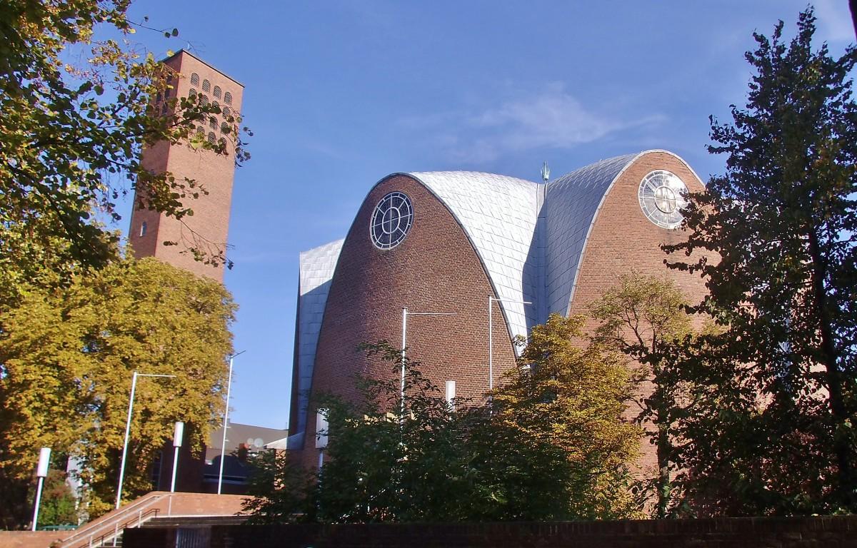 Kirchengebäude und Kirchturm von St. Engelbert