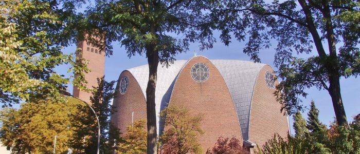Zitronenpressenförmige Kirche mit separatem Kirchenturm