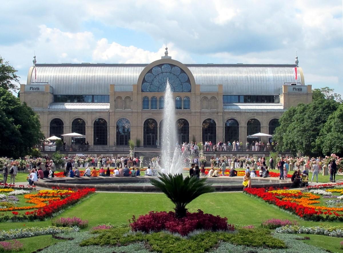 Hauptgebäude der Flora mit Springbrunnen im Vordergrund.