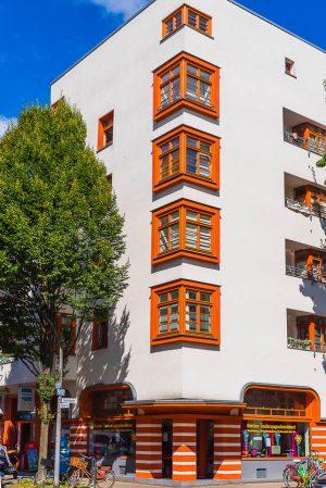 Formgebung und Farbgestaltung dieses Eckhauses am Riehler Tal markieren den Eingang zur Naumannsiedlung.  (Foto: Rob Herff)