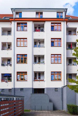 Hofansicht eines Mietshauses in der Naumannsiedlung: Die Bauweise und ihre vielen, pfiffigen Detaillösungen gelten bis heute als richtungsweisend für den sozialen Wohnungsbau. (Foto: Rob Herff)