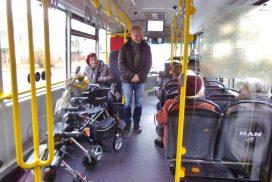 Mobilitätstrainer Schönbein begrüßt die Senioren im Buss