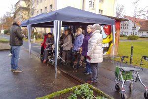 Mobilitätstrainer Schönbein steht vor einer Gruppe Senioren und gibt Erläuterungen