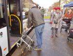 Der Mobilitätstrainer steht mit dem Rollator direkt vor der Tür des Busses