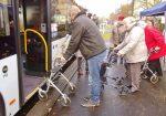 Der Mobilitätstrainer steht mit dem Rollator vor der Tür des Busses und ist einen Schritt nach hinten getreten.