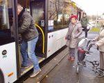 Der Rollator lässt sich nun einfach in den Bus schieben. Nach dem Anziehen der Bremsen kann man sicher einsteigen.