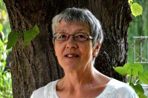 Frau Spantig vor einem Baum
