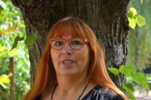 Frau Herbert vor einem Baum