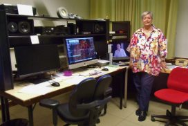 Frau Houben vor dem Monitor