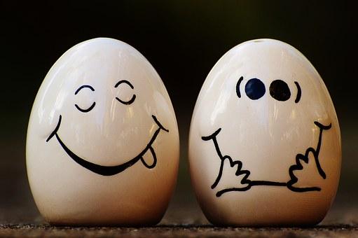 2 hartgekochte Eier freuen sich auf's Pellen