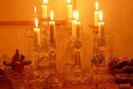 mehrere Kerzenhalter mit Wachs (Foto: pixabay)