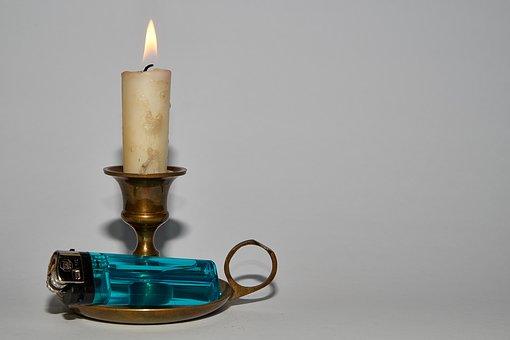 Rußflecken durch Kerzen, Kerzenständer mit rußbefleckter Kerze (Foto: pixabay)