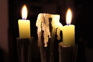 zwei Kerzen mit tropfendem Wachs (Foto: pixabay)