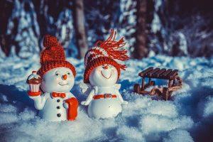 Zwei kl. Schneemänner wünschen: Frohe Weihnachten (Foto: pixabay)