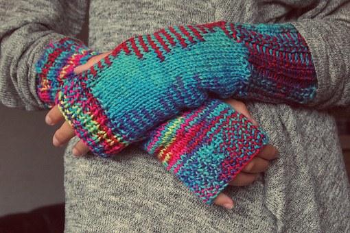 Selbstgestrickte bunte Wollhandschuhe (Foto: pixabay)