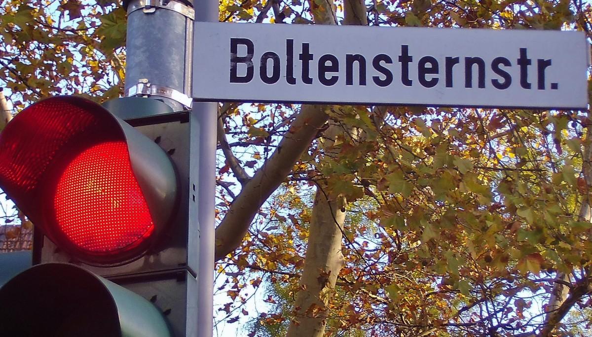 Straßenschild Boltensternstraße mit roter Ampel (Foto: U. Sommer)