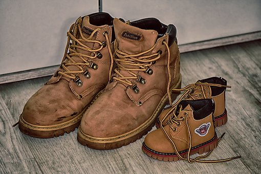Drückende Schuhe, Braune Wanderschuhe, klein und groß (pixabay)