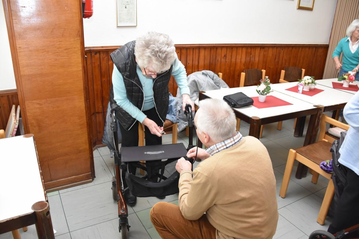 Reparatur eines Rollators durch einen Ehrenamtlichen