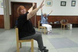 Christina Herbert und Erika Dehne-Wolter beim Tanzen im Sitzen