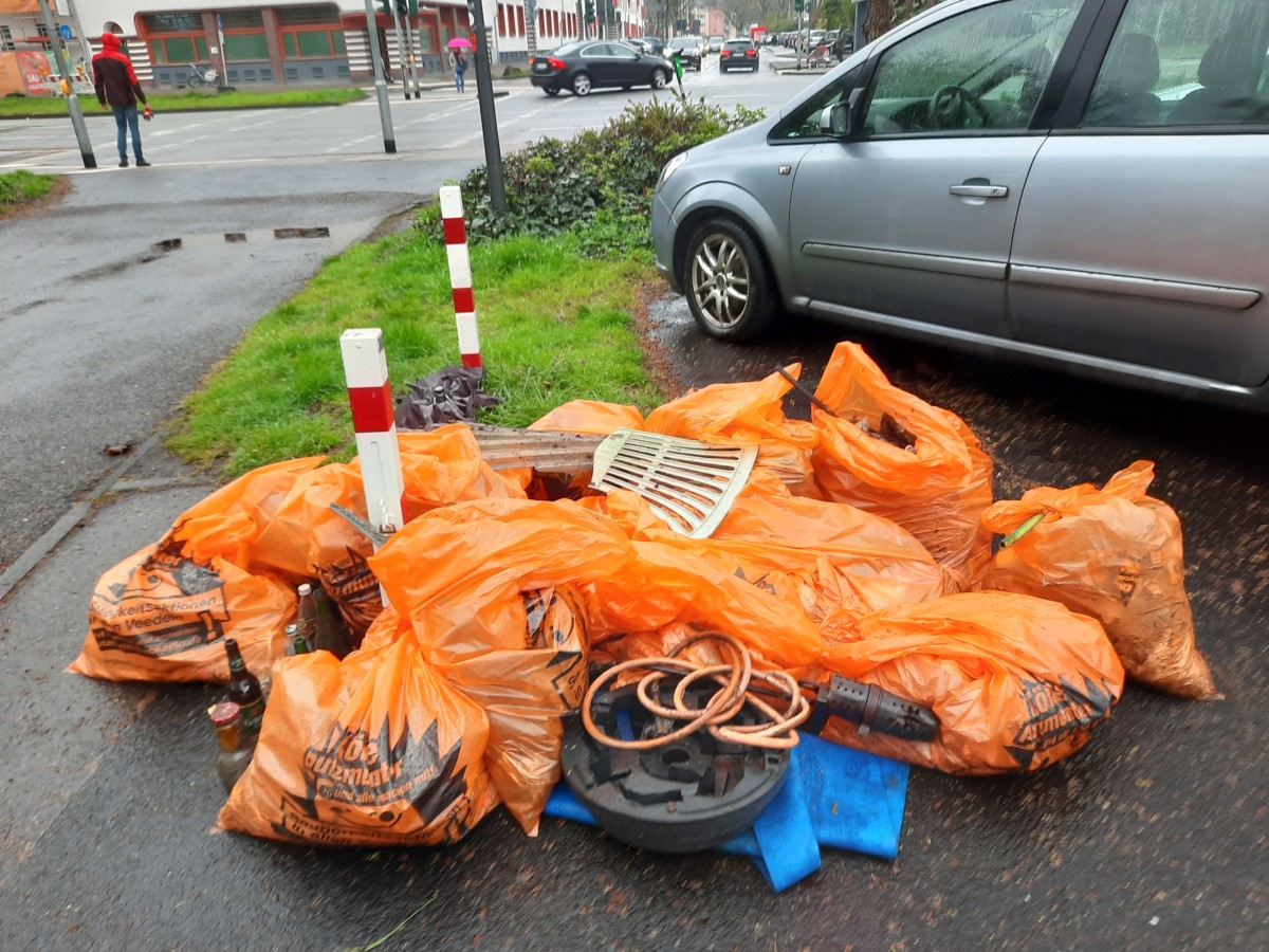 Gefüllte Müllsäcke der Riehl putzmunter-Aktion am 10.4.21