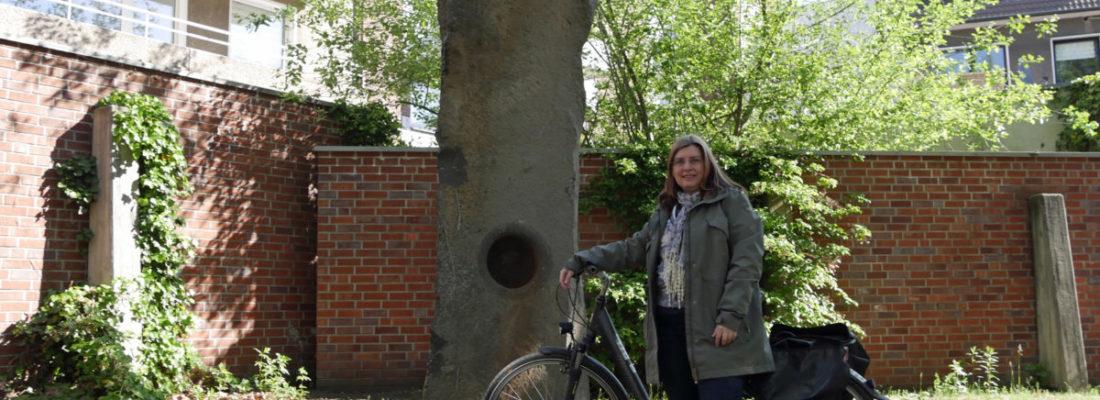"""Sylvia Seelert, Leiterin des Kulturbüros, hat die Routen schon getestet. Im Hintergrund ist der """"Große Summstein"""" von Hugo Kükelhaus sichtbar"""