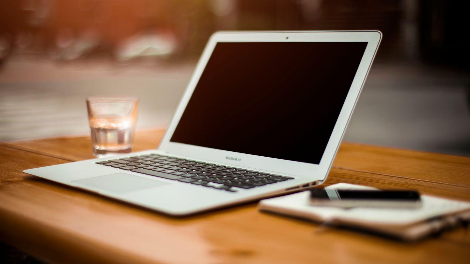 Computer auf dem Tisch