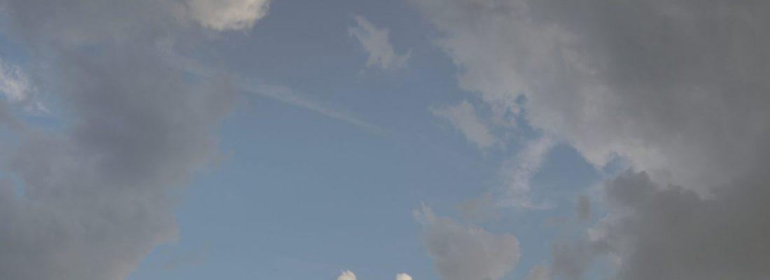 Dunkle Wolken mit dem Blick in das blaue All