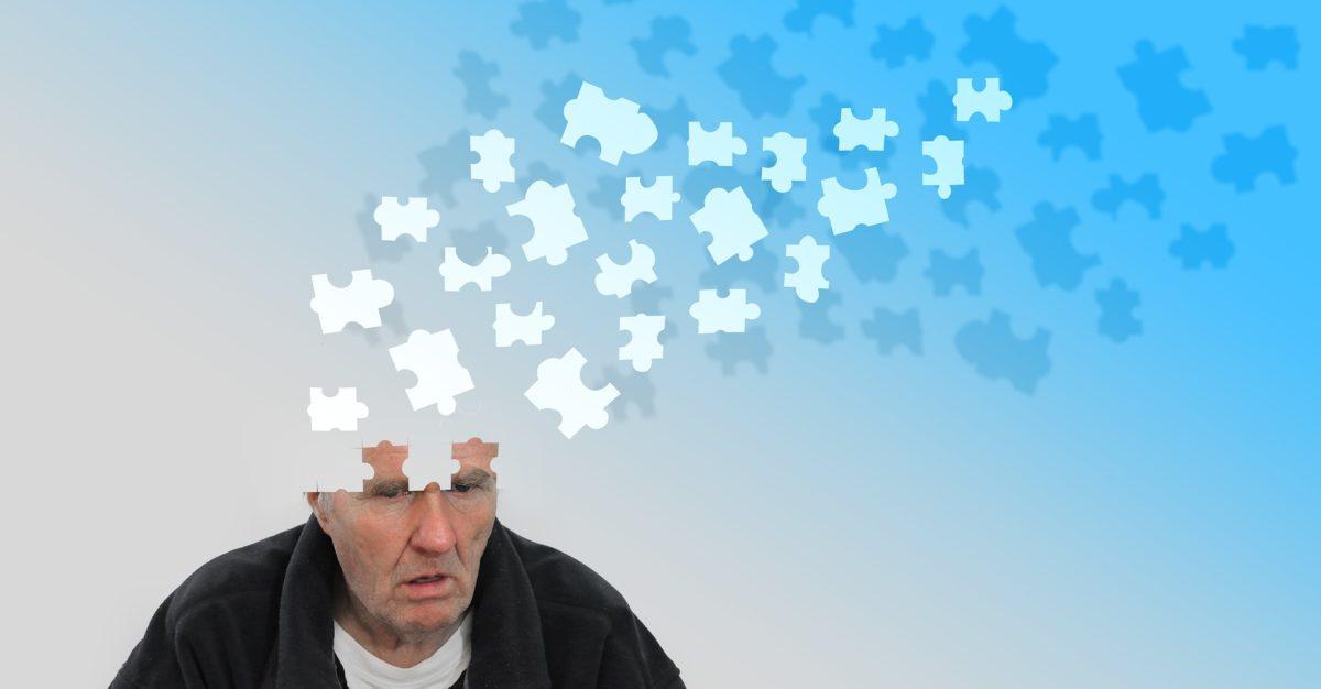 ein älterer Mann vor dem blauen Himmel seine Gedanken entschwinden wie Puzzles