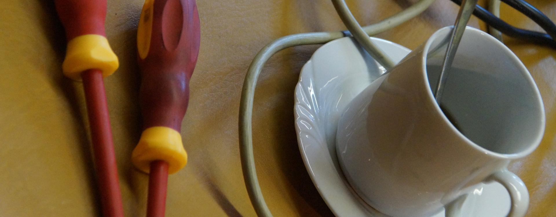 Foto: Kaffeetasse und Werkzeug im Repair Café