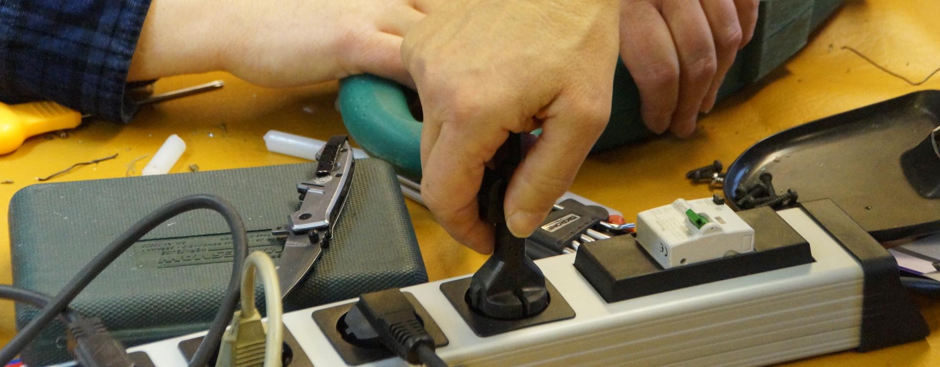 Foto: Ein Stecker wird in die Steckdosenleiste gesteckt
