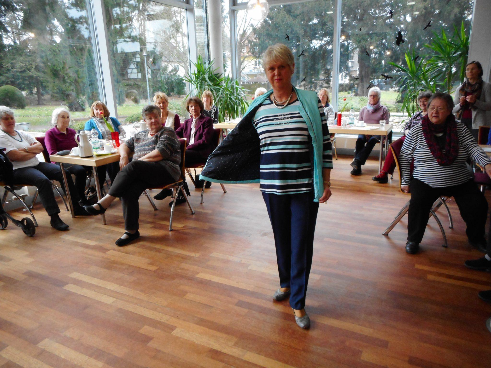 Model Ilse Schneider: Sie präsentierte eine Kombination in Marinetönen