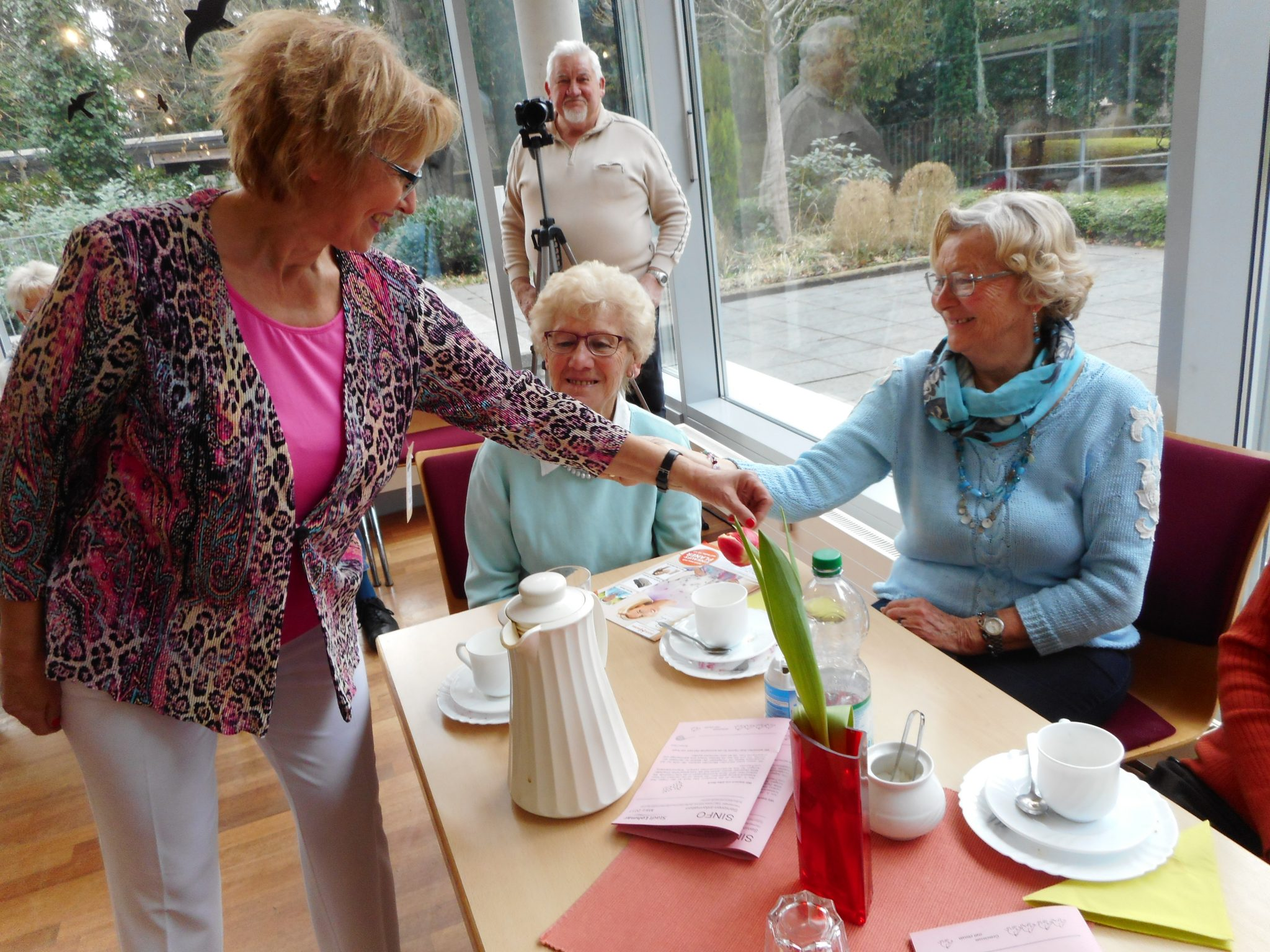"""Model Isa Erdmann: """"Models zum Anfassen"""": Isa Erdmann präsentierte eine Sommerkombination in gemustertem Pink mit Weiß und ließ die Gäste das Material begutachten"""