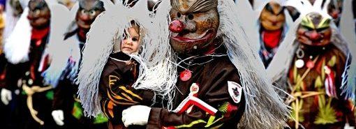 Faschingsumzug in Wernau. Narren im bunten Kostüm