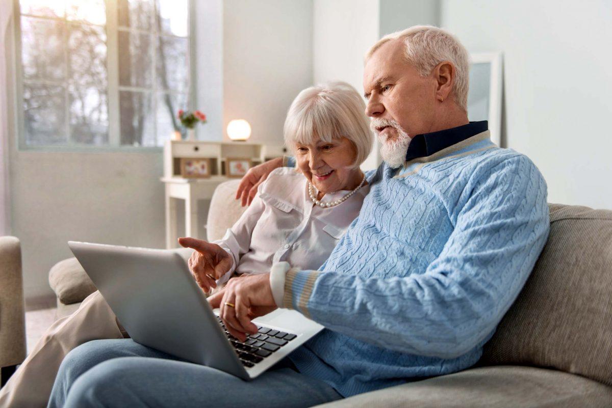 Senioren mit Computer